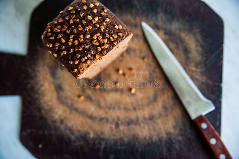 zwart brood met zonnebloemzaden op scherpe raad stock afbeelding