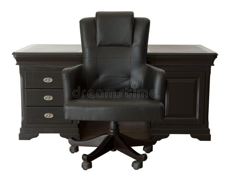 Zwart bureau met leerstoel die op wit wordt geïsoleerd stock afbeelding