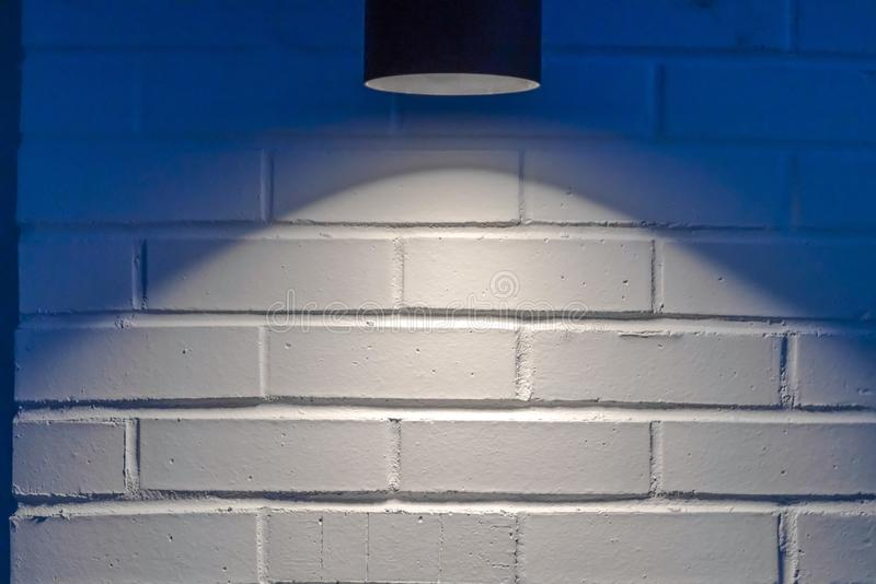 Zwart cilindrisch licht tegen een witte muur in Eagle Mountain Utah royalty-vrije stock fotografie