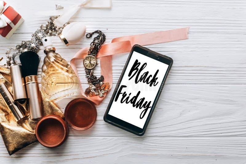 Zwart de tekstteken van de vrijdagverkoop op het schermtelefoon en luxejuwelen stock afbeeldingen