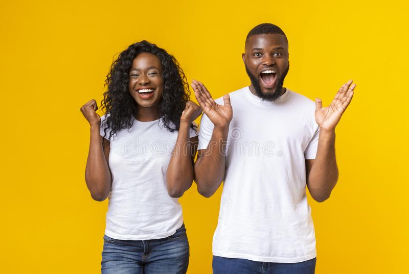 Zwart die kerel en meisje gelukkig met goed nieuws wordt verrast stock fotografie