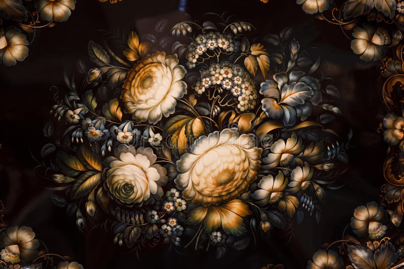 Zwart dienblad dat met bloemenpatronen wordt geschilderd. stock fotografie