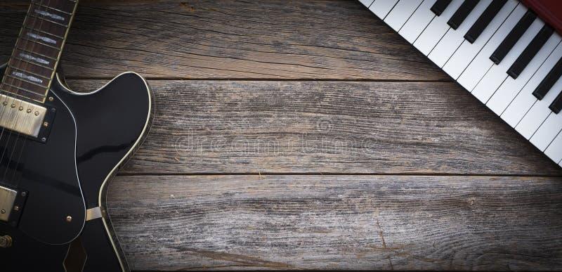 Zwart elektrisch gitaar en toetsenbord stock afbeelding
