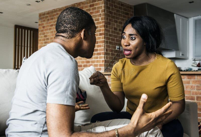 Zwart en gedeprimeerd paar die vechten stock fotografie