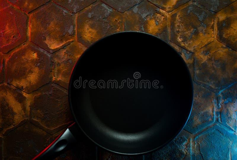Zwart grillpan voor schaalmenu op rusic background stock foto