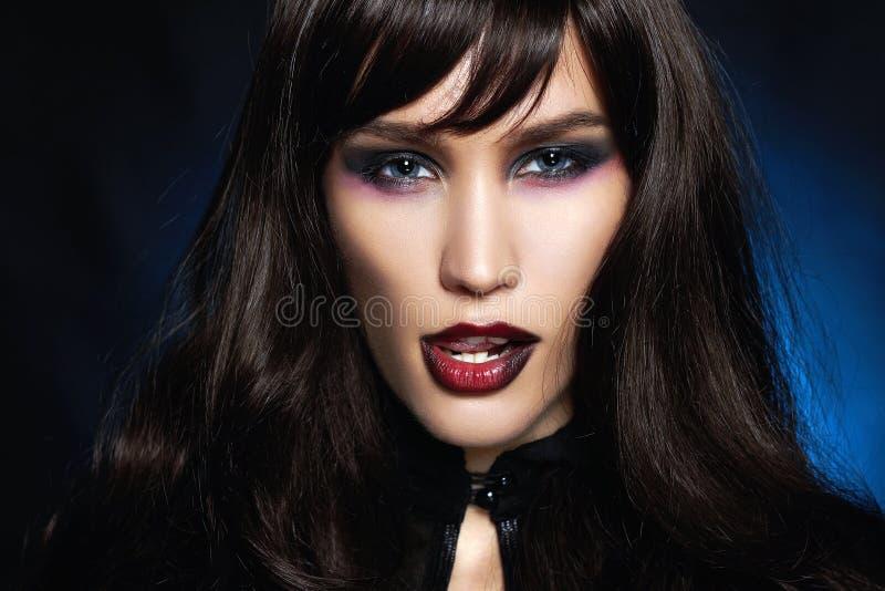 Zwart haired sexy Halloween-samenstellingsmeisje stock afbeelding