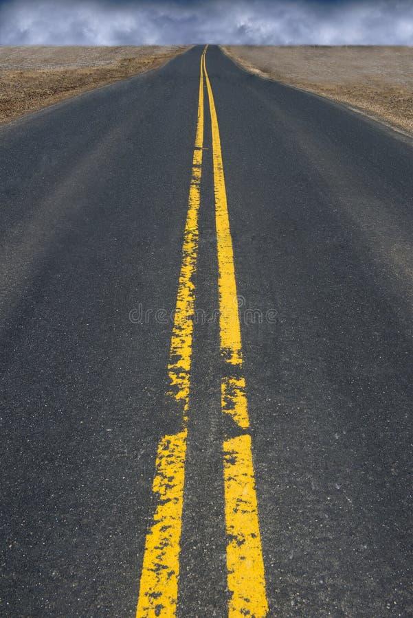 Zwart Hoogste Asphalt Highway Road, Onweerswolken in Afstand royalty-vrije stock foto
