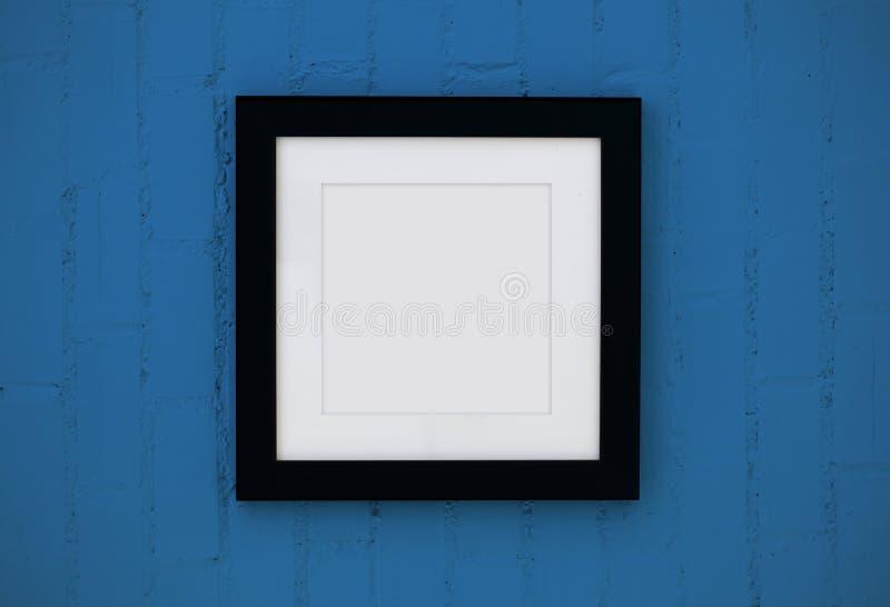 Zwart houten frame op de muur stock fotografie
