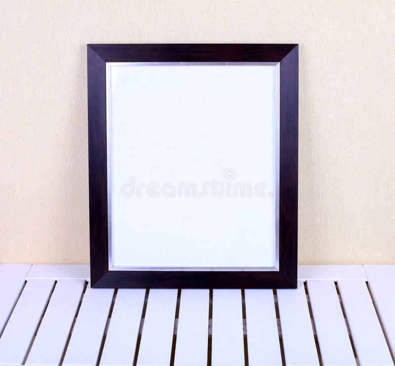 Zwart kader op houten lijst in modern binnenland royalty-vrije stock fotografie