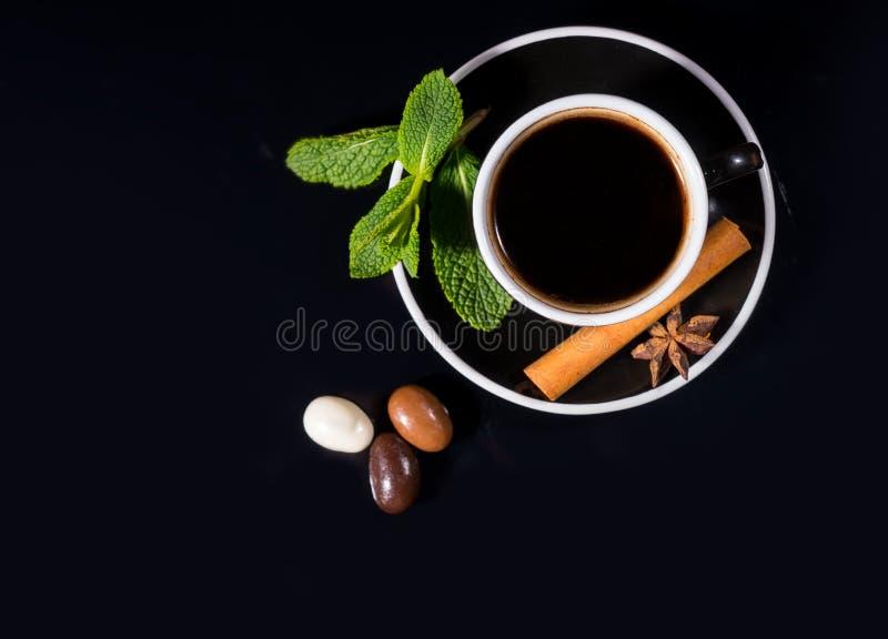 Zwart Koffie en Trio van Chocolade Behandelde Bonen royalty-vrije stock afbeelding