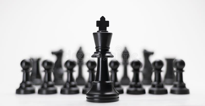 Zwart koning schaken met anderen isoleren voor bedrijfsconcept - Het Succes van de Macht van de Leider van de Strategie de Concur stock foto's
