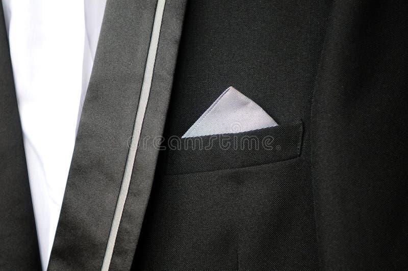 Zwart kostuum met witte zakdoek in zijn zak stock foto