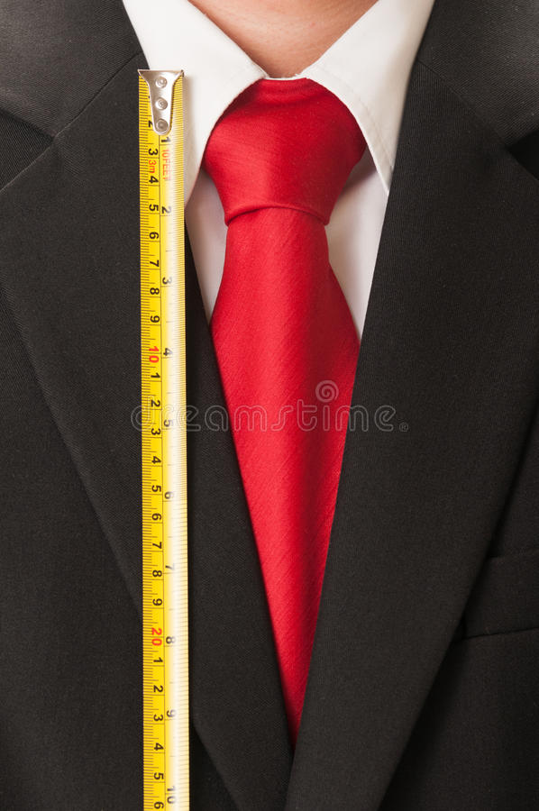 Zwart kostuum, rode band, witte overhemd en centimeter stock afbeelding