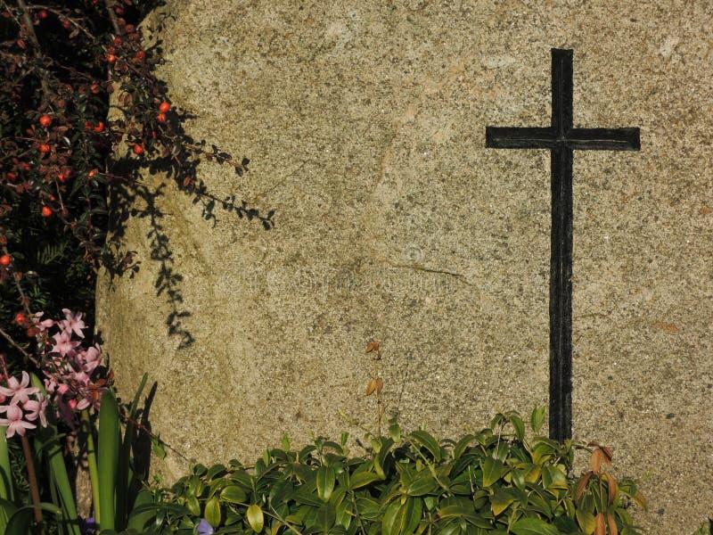 Zwart kruis op graniet achtergrondgrafsteen royalty-vrije stock afbeeldingen