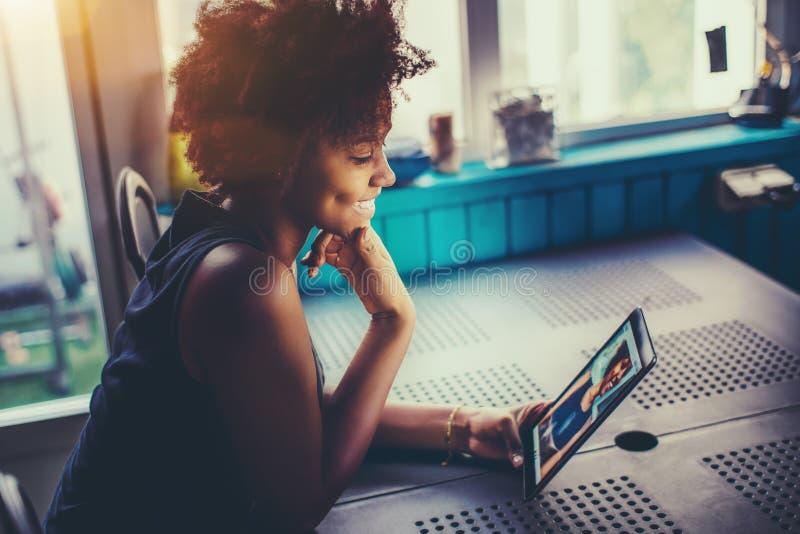 Zwart lachend meisje die selfies op camera van digitale tablet maken stock fotografie