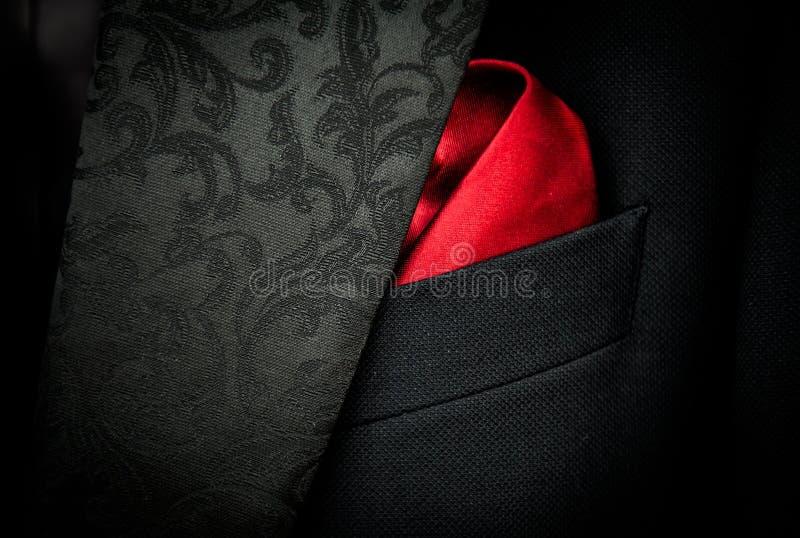 Zwart Maffiakostuum met Rode Zakdoek stock afbeelding