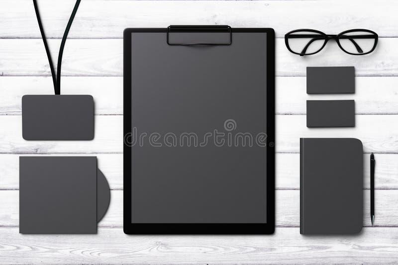 Zwart malplaatje voor het brandmerken van identiteit op een houten oppervlakte stock foto's