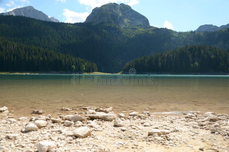 Zwart Meer in Montenegro onder bergen royalty-vrije stock fotografie