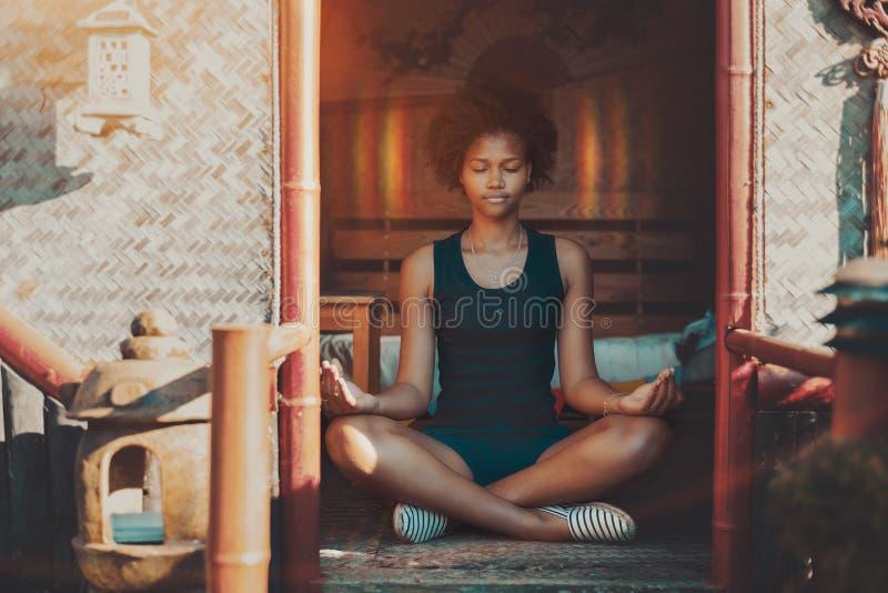 Zwart meisje bereikt nirvana tijdens meditatie royalty-vrije stock foto