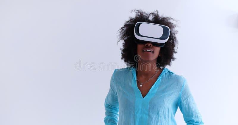 Zwart meisje die VR-hoofdtelefoonglazen van virtuele werkelijkheid gebruiken stock afbeelding