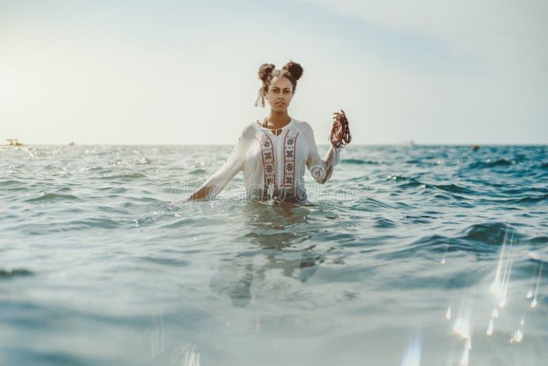 Zwart meisje in wintertalingswater stock fotografie