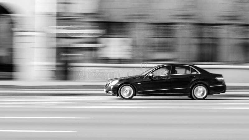 Zwart mersedes-Benz in Motie stock afbeeldingen