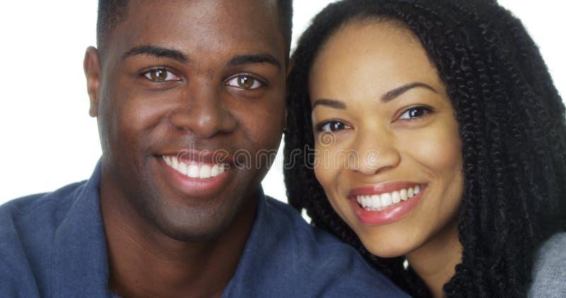 Zwart paar dat en camera glimlacht bekijkt royalty-vrije stock foto's