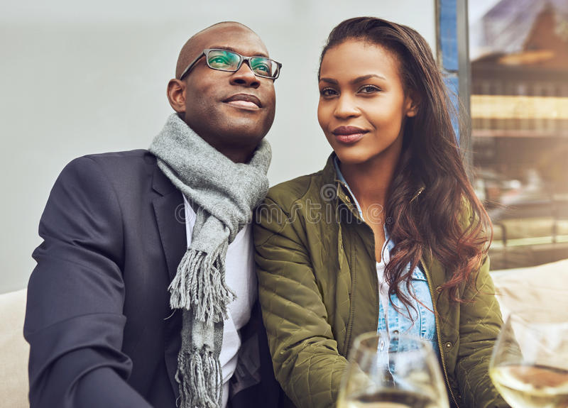 Zwart paar die van het leven genieten royalty-vrije stock afbeeldingen