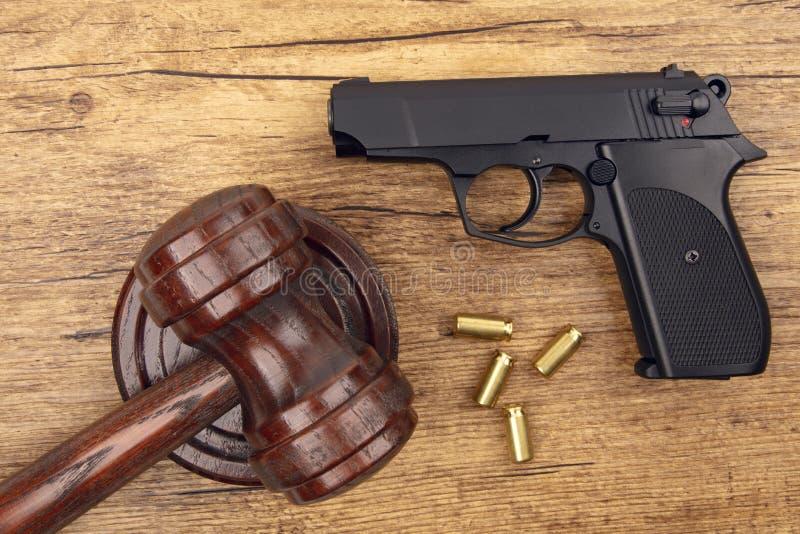 Zwart pistool met munitie stock foto's