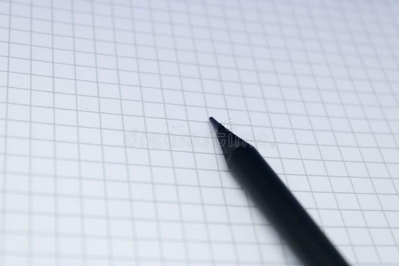 Zwart potlood op het blocnoteblad, onderwijsconcept: Beeld van lege notitieboekjepagina met het potlood, copyspace voor zaken royalty-vrije stock afbeeldingen