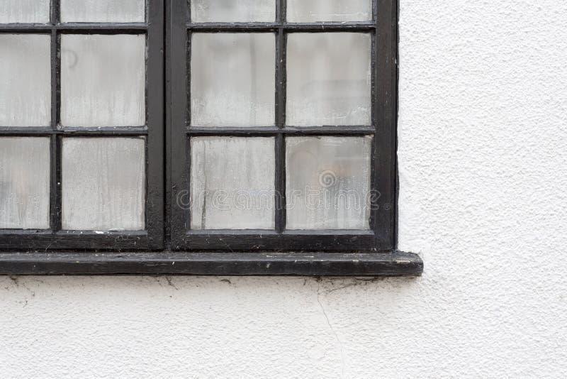 Zwart raamkozijn met geschilderd condensatiedalingen op wit cott stock afbeelding