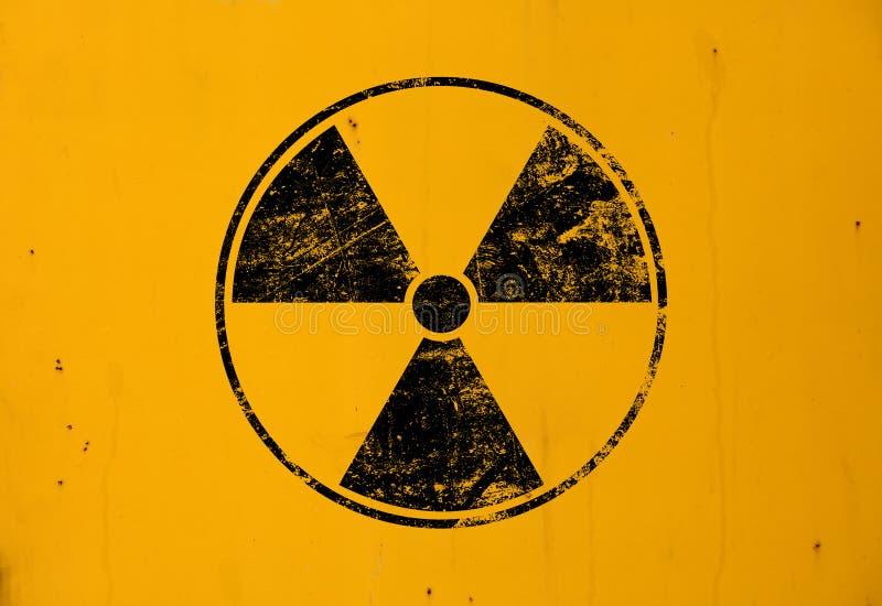 Zwart radioactief teken over gele achtergrond stock afbeeldingen