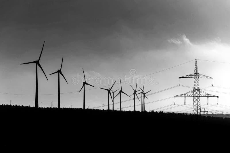 Zwart Silhouet van de generator van de windturbinesenergie op verbazende zonsondergang bij een gekleurd windlandbouwbedrijf in he royalty-vrije stock fotografie
