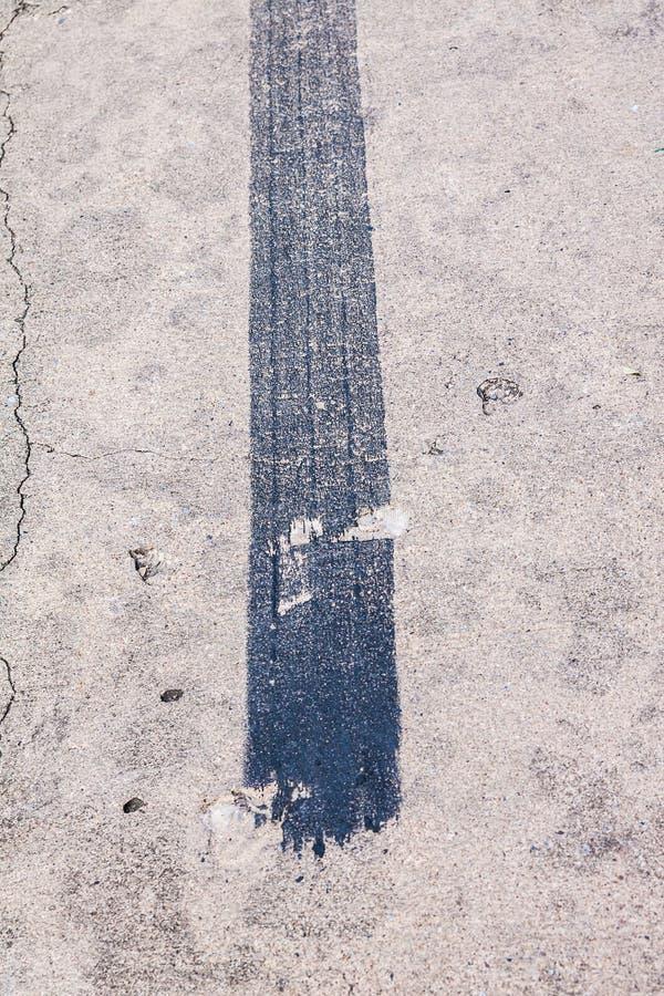 Zwart spoor van de rem van de spoorband stock fotografie