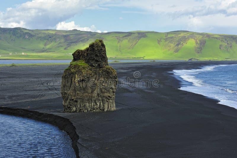 Zwart vulkanisch zandstrand in Dyrholaey, IJsland royalty-vrije stock foto's