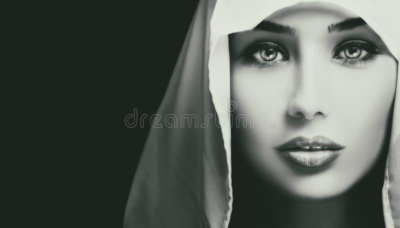 Zwart-wit artistiek close-upportret van mooie ernstige vrouw royalty-vrije stock afbeelding