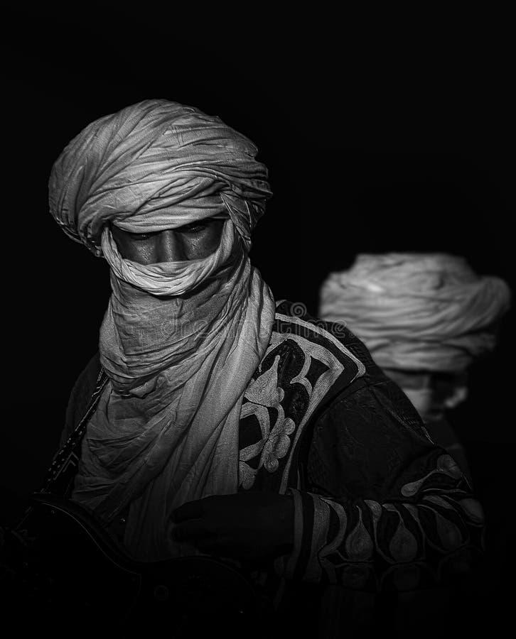Zwart-wit artistiek rustig portret van een inwoner van de Sahara, traditionele kleding royalty-vrije stock afbeelding