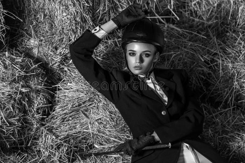 Zwart-wit beeld Jonge volwassen vrouw in materiaalzitting op Ha stock afbeelding