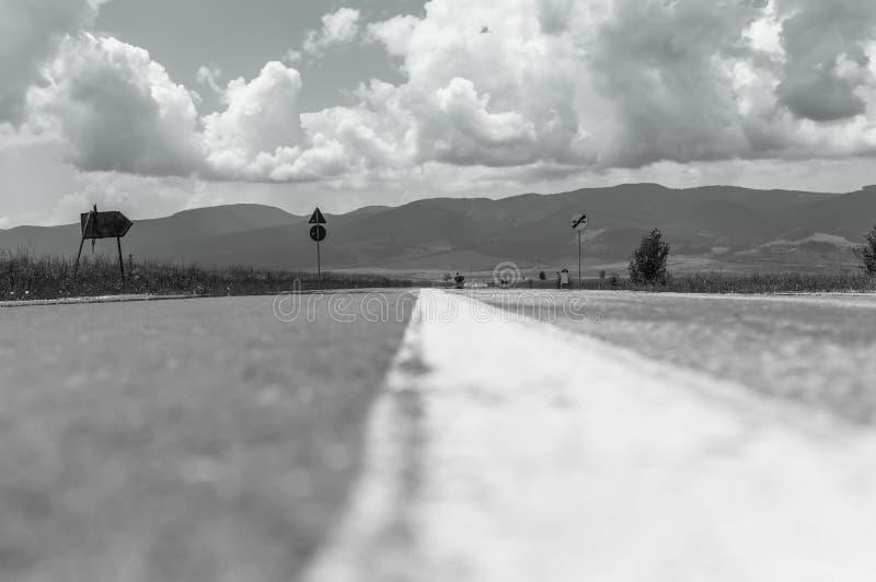 Zwart-wit beeld op het wegniveau stock foto's