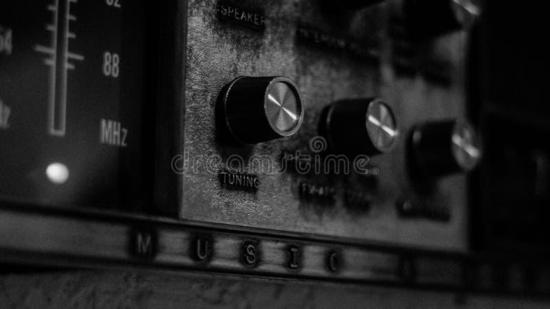 Zwart-wit beeld van antieke muur radioeenheid stock fotografie