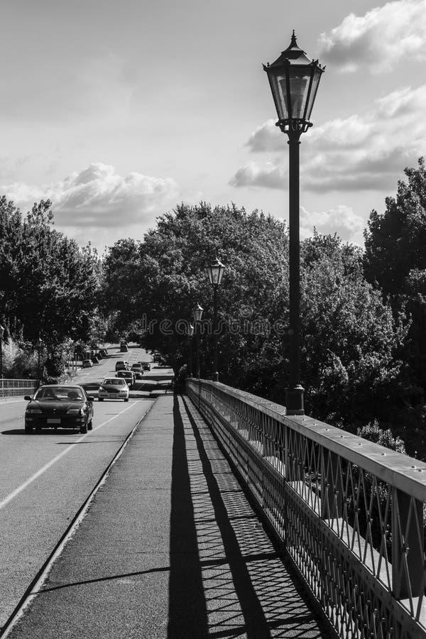 Zwart-wit beeld van brug met ouderwetse lampposten royalty-vrije stock fotografie