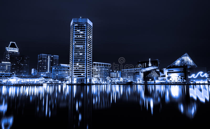 Zwart-wit beeld van de Binnen de Havenhorizon van Baltimore bij nacht. stock fotografie