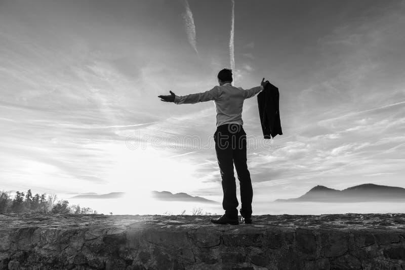 Zwart-wit beeld van de succesvolle bedrijfsmens bij zonsopgang royalty-vrije stock foto's