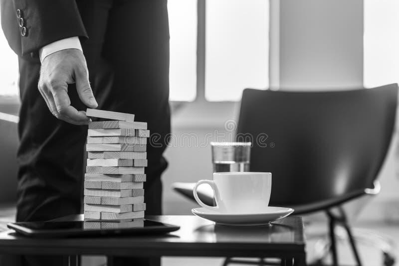 Zwart-wit beeld van een bedrijfsmens in een bureaugebouw een toren royalty-vrije stock afbeeldingen