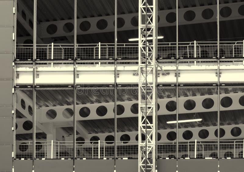 Zwart-wit beeld van een grote bouwwerf met staalkader en balken met omheiningen en de bouwhijstoestel royalty-vrije stock afbeelding