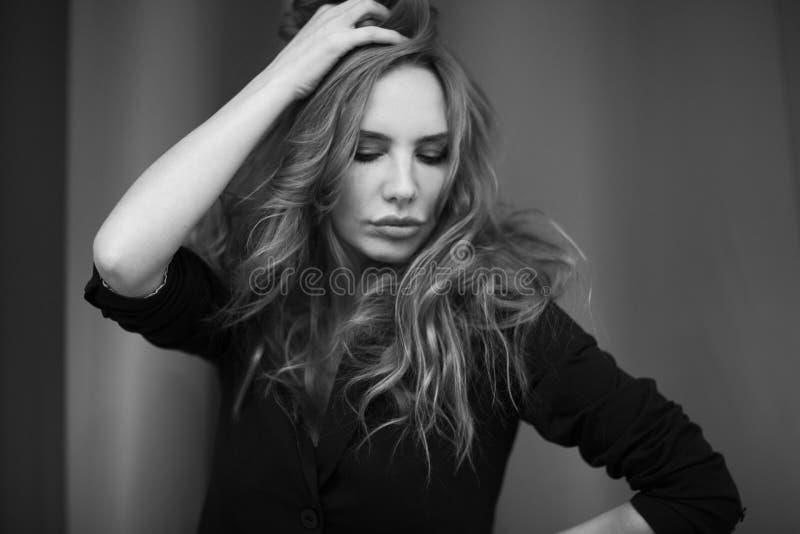 Zwart-wit beeld van jonge vrouw royalty-vrije stock afbeeldingen