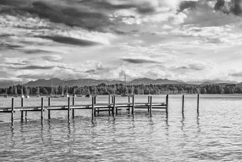 Zwart-wit beeld van Meer Starnberg in Beieren, Duitsland royalty-vrije stock fotografie