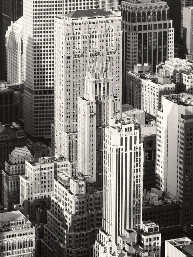 Zwart-wit beeld van uitstekende wolkenkrabbers in New York stock afbeeldingen
