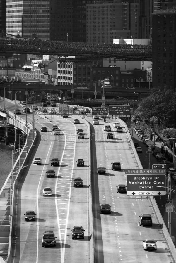 Zwart & wit beeld van verkeer op FDR-Aandrijving, van de Brug van Manhattan in de Stad van New York stock foto's