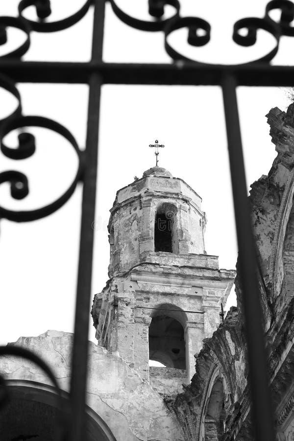 Zwart-wit beeld van vernietigde kerk royalty-vrije stock fotografie